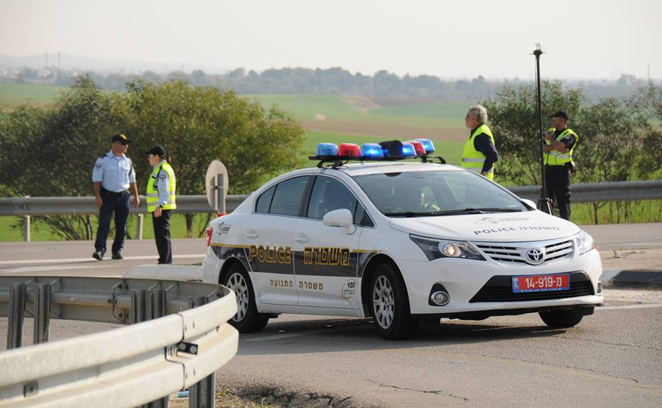 שוטרים פרסו מחסום לעצירת גנב רכב – הוא פרץ אותו וניסה לדרוס אישה ושוטר [רחבי הרשת]
