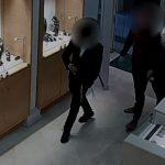 """צפו: נכנס ושודד חנות תכשיטים עם אקדח אוויר ואבוקות – ויצא בשלל של 250 אלף ש""""ח [וידאו]"""