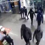 צפו בוידאו: רעולי פנים נכנסים לבניין, גורמים לנזק ותוקפים שומר ושליח [רחבי הרשת 📹]