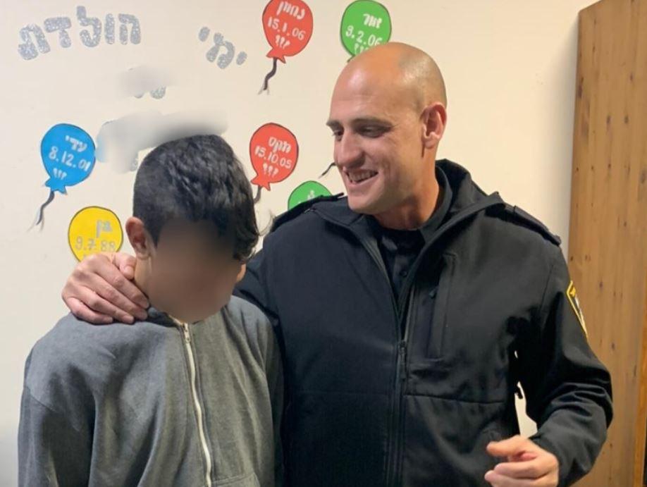 האיל מונזר עם הילד על הרצף האוטיסטי – דוברות המשטרה