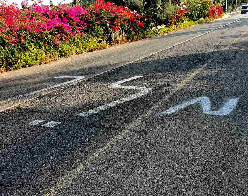 """המילה """"לך"""" רוססה בכביש ראשי בין אור עקיבא לבנימינה; בהמשך רוססה אות שיצרה מילה אחרת"""