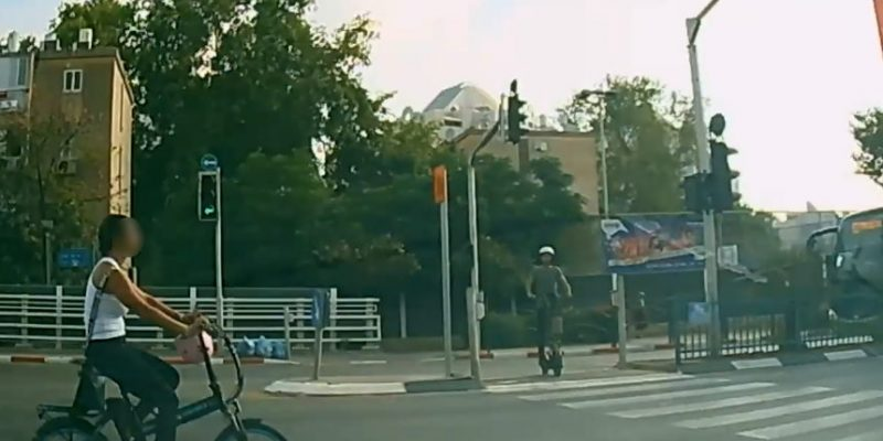 רוכבת אופניים נוסעת באדום בצומת בחדרה