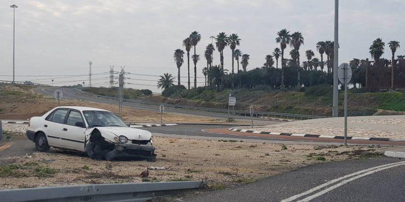 רכב עומד אחרי תאונה במחלף קיסריה    צילום: מערכת האתר