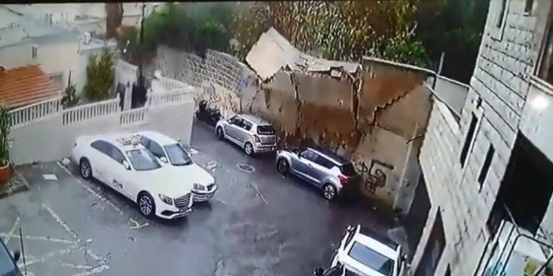 קיר קרס על שני רכבים בעקבות הרוחות