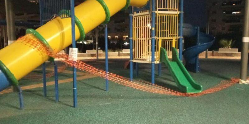 017 - שלטי סכנה במתקני המשחקים בפארק היובל אור עקיבא